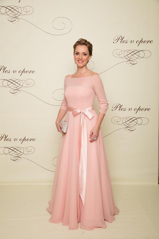 Jako cukrový bonbónek působila herečka Monika Hilmerová v něžné růžové róbě zdobené mašlí ze stejně barevného hedvábného sametu.