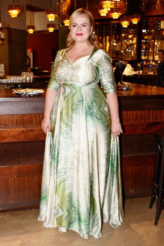 Tyhle šaty její postavě moc nelichotí ani střihem ani barvou....