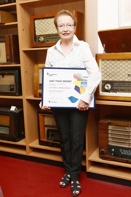 Hana Maciuchová převzala dekret, který ji jmenoval čestnou prezidentkou Mezinárodního festivalu rozhlasové tvorby Prix Bohemia Radio 2016.