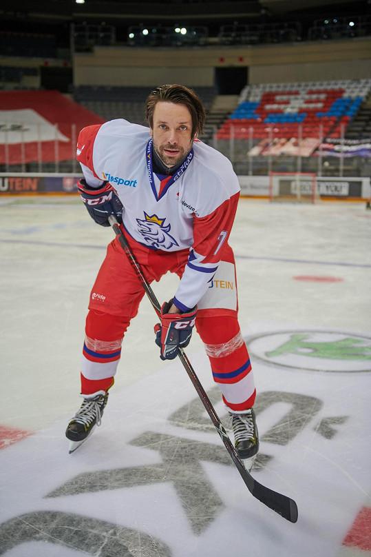 Hokej je jeho nejoblíbenější sport a o roli hokejisty vždycky snil. Na bruslích mu to jde.