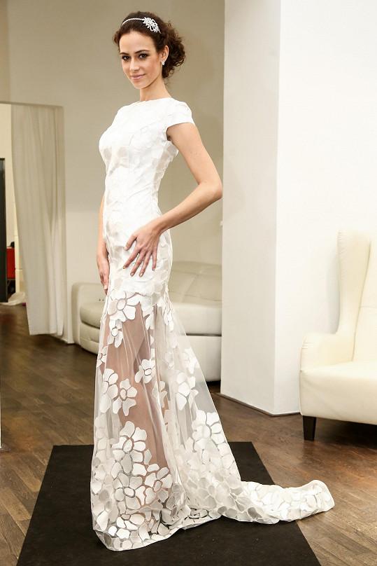 U finálového modelu cudný vršek kontrastuje s transparentní sukní.