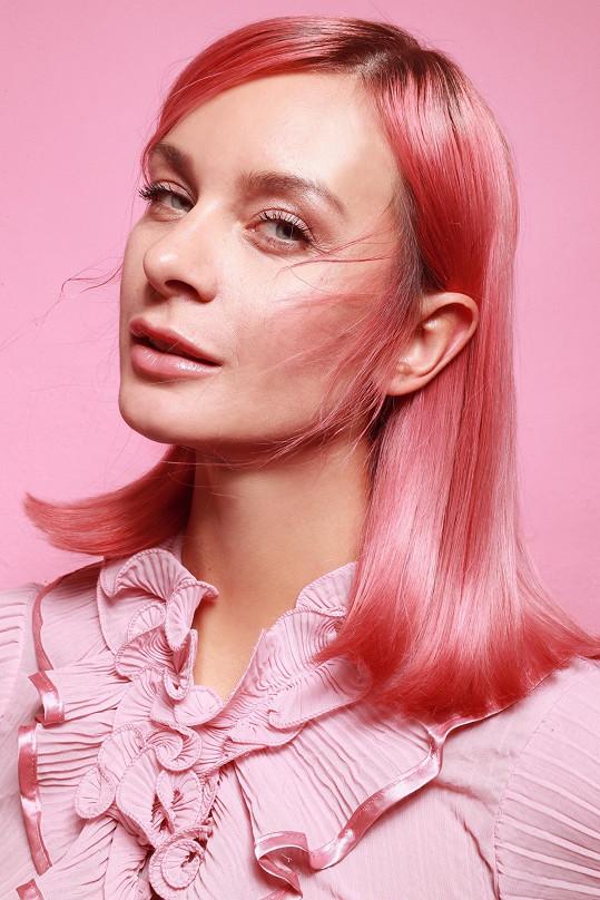 """S růžovou je spokojená, ale jak říká """"blond je blond""""."""