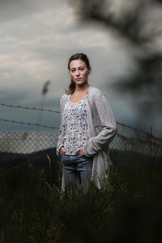 V napínavém krimi seriálu Vzteklina ztvárňuje majitelku rodinného zahradnictví, jejíž tatínek je hlavním podezřelým v případu dvojnásobné vraždy.