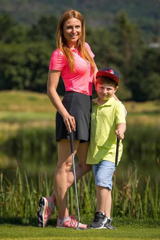 Stejně jako maminka se i malý Max začal věnovat golfu.