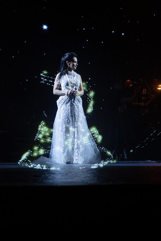 Lidé jásali, když se na scéně objevil Lucčin hologram.