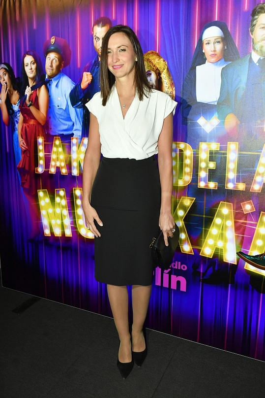 Lucie zvolila decentní kombinaci bílé halenky a černé sukně.