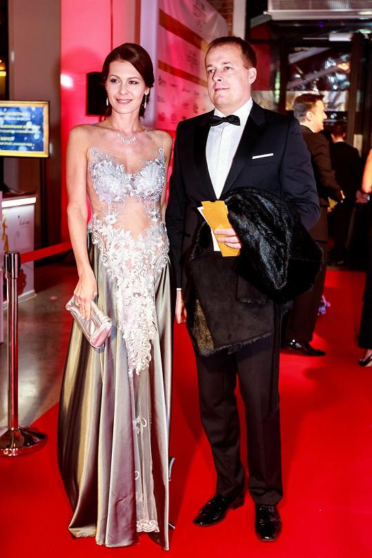 Na ples dorazila v doprovodu partnera a otce svého dítěte Davida Trundy.