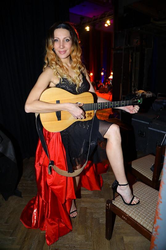Zato vyzkoušela několik hudebních nástrojů.