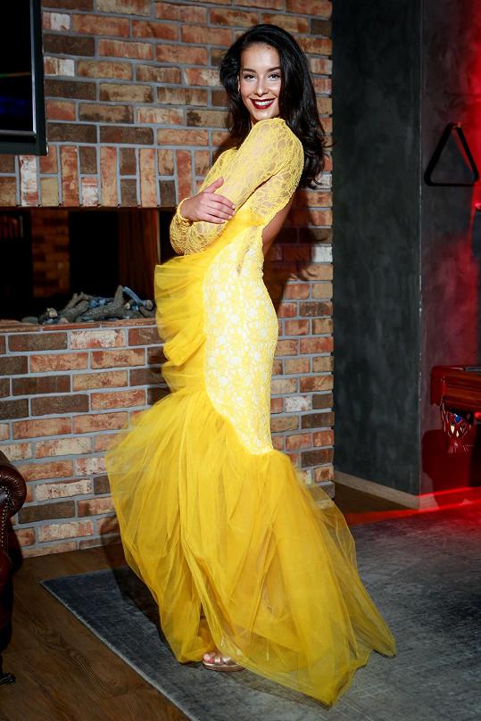 Na zahajovací galavečer Nikola oblékne zářivě žluté šaty z krajky s použitím tylu. Díky barvě, která zdůrazní její exotický vzhled, střihu i tylové aplikaci je tato róba velmi výrazná a věříme, že česká finalistka upoutá pozornost.