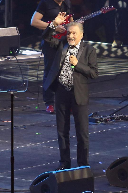 Karel Gott zazpíval před svými fanoušky pro roční pauze. Přišlo na něj sedmnáct tisíc lidí.