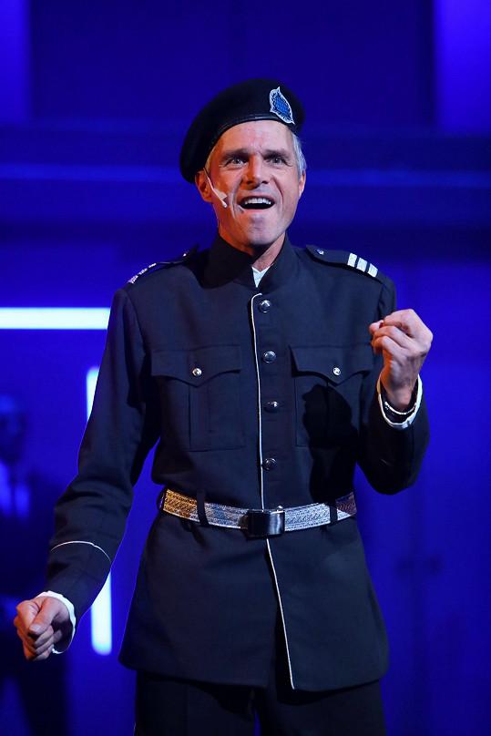 Janek Ledecký v muzikálu Iago ztvárňuje hlavní roli padoucha.