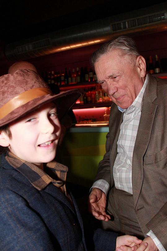 Toník Kracik se svým dědou Petrem Kostkou
