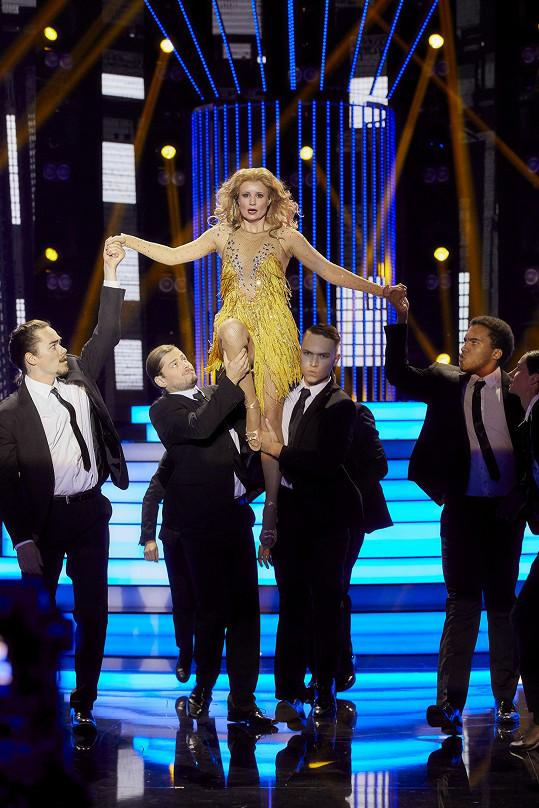 Blonďatá paruka slavnou zpěvačku také moc nevystihovala.