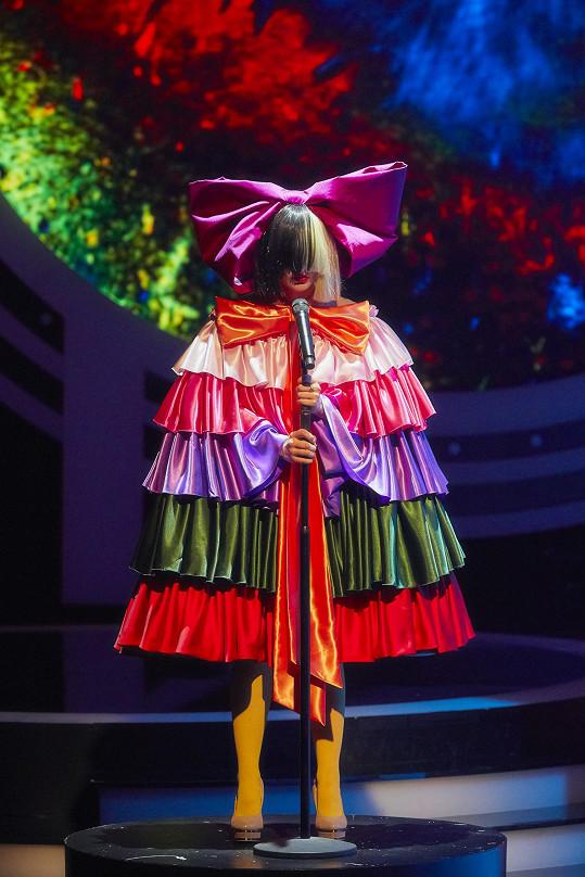 Ve finále zazpívala jako zpěvačka Sia.