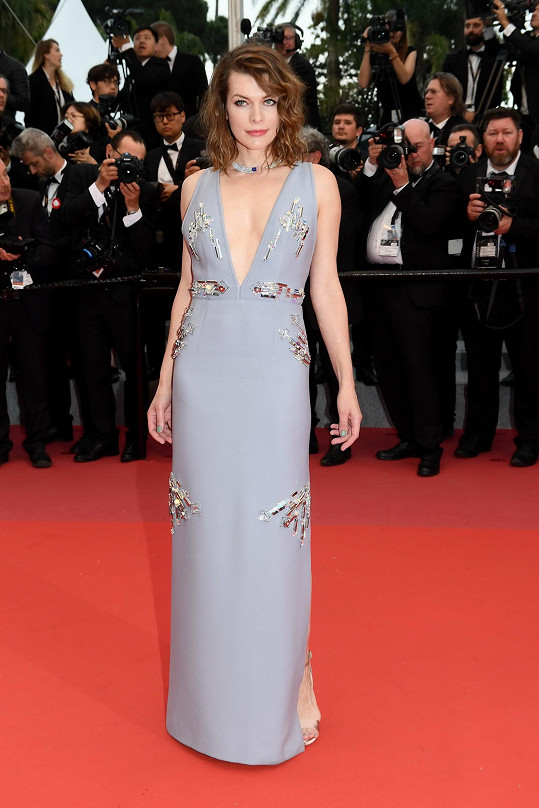 U příležitosti projekce filmu Burning oblékla Milla Jovovich dlouhé lila šaty Prada s hlubokým véčkovým výstřihem vpředu a mřížovými ramínky vzadu. Šaty zdobí geometrické výšivky s kovovými prvky a krystaly.