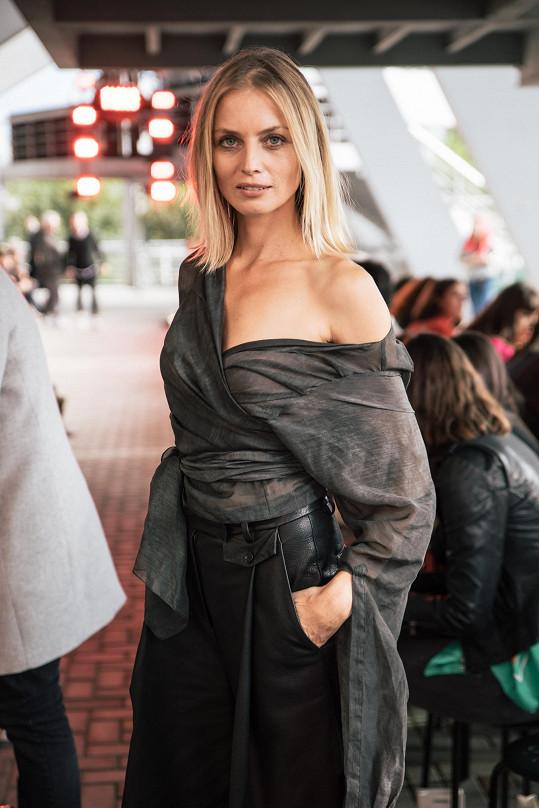 Módní návrhářka Ivana Mentlová oblékla svou múzu Gretu Slezákovou do kalhot s vysokým pasem z jehnětiny a bavlněné zavinovací asymetrické košile z aktuální kolekce pro podzim a zimu.