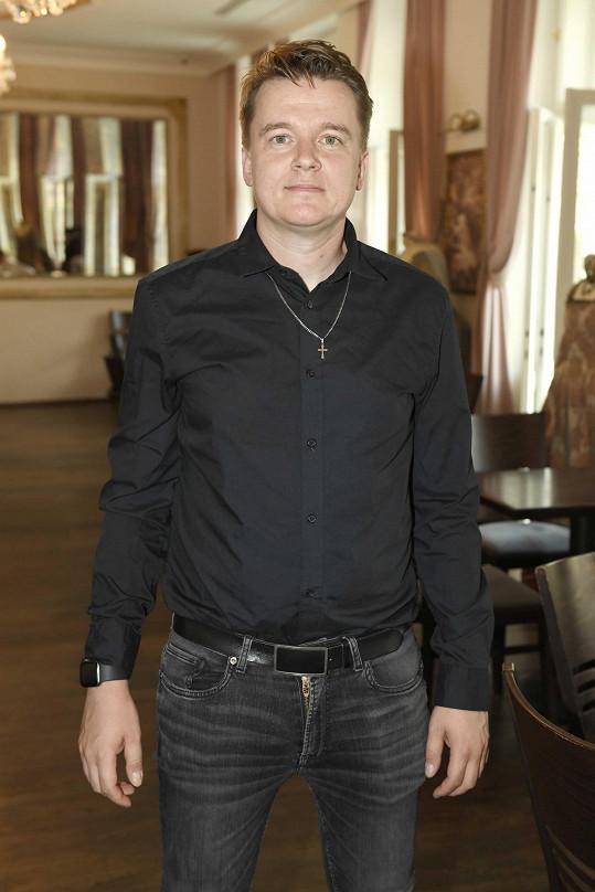 Petr Kolečko přijel na karlovarský filmový festival představit svůj druhý film Zbožňovaný,v němž hraje hlavní roli Jiří Bartoška.