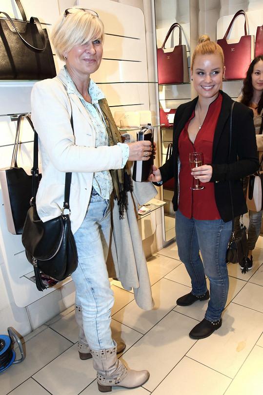 Solaříková a její maminka Helena obdivovaly kabelky z dílny Dany Morávkové.