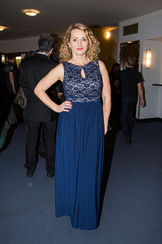 Houslistka Markéta Muzikářová přišla v dlouhých modrých šatech.