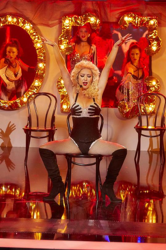 Sexy role a taneční choreografie jí občas daly zabrat, ale například jako žhavá blondýnka Christina Aguilera zazářila.