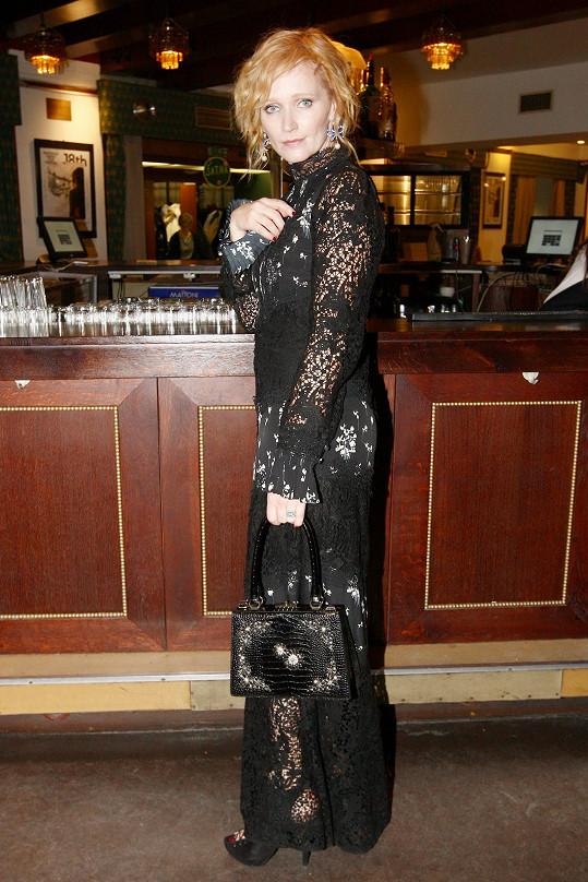 Rusovláska Aňa Geislerová na premiéře snímku Milada uchvátila v modelu z kolekce, kterou vytvořil kanadský návrhář tureckého původu Erdem Moralıoğlu pro řetězec H&M.