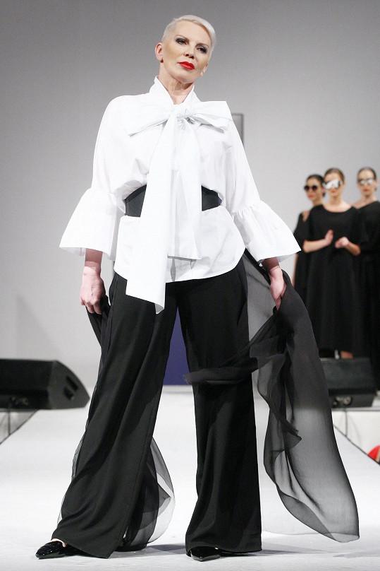 Katka Kornová v modelu Mirka Bárty.