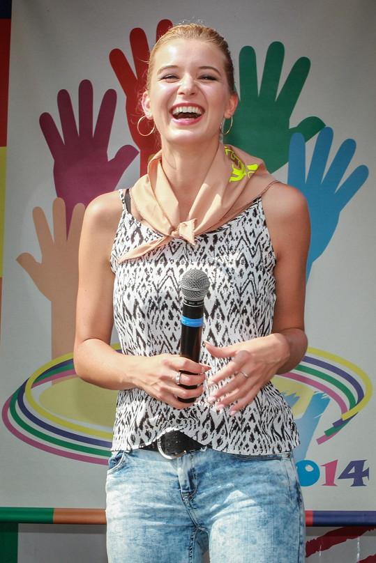 Česká Miss také odpovídala na zvídavé dotazy dětí a na některé asi hned tak nezapomene. Po otázce, zda už dala svému klukovi někdy pusu, následoval další na téma, kolik má Gabča dětí a jak se jmenují.