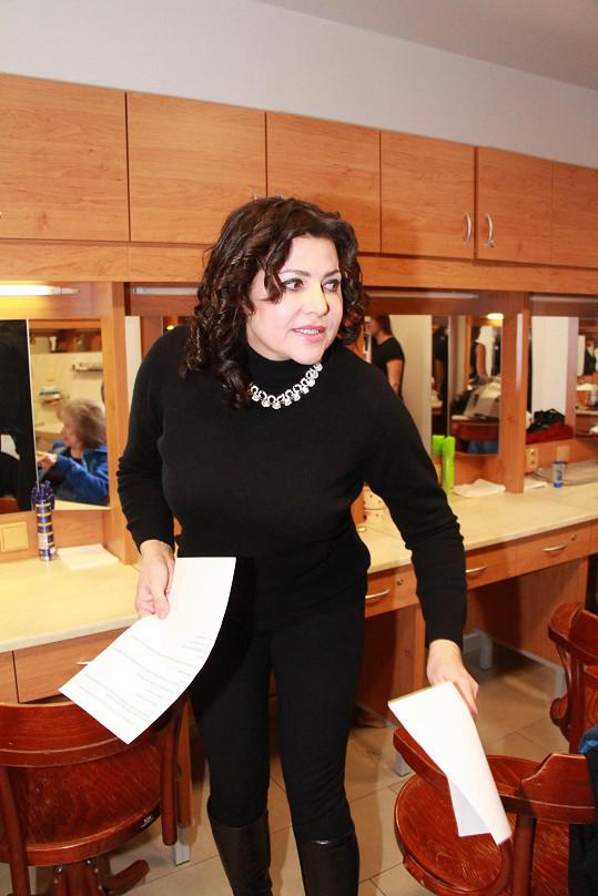 Ilona sice zhubla, ale drží se stále černé barvy.