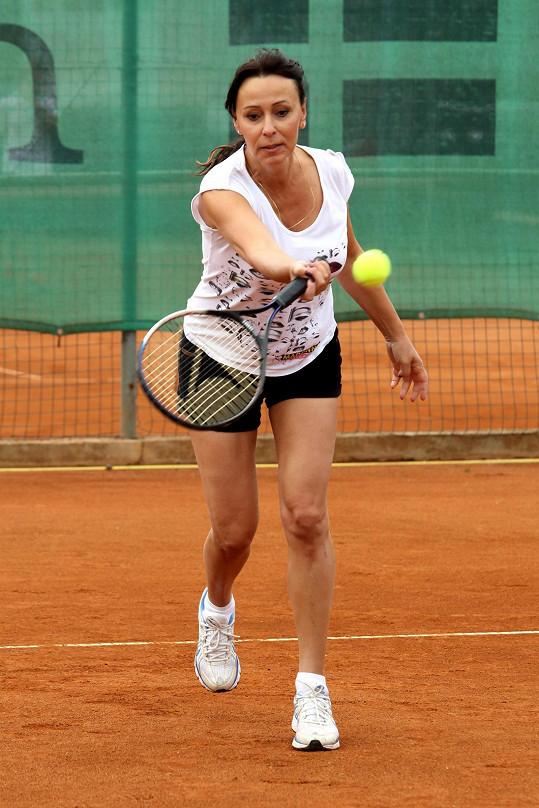 Formu si mimo jiné udržuje hraním tenisu.