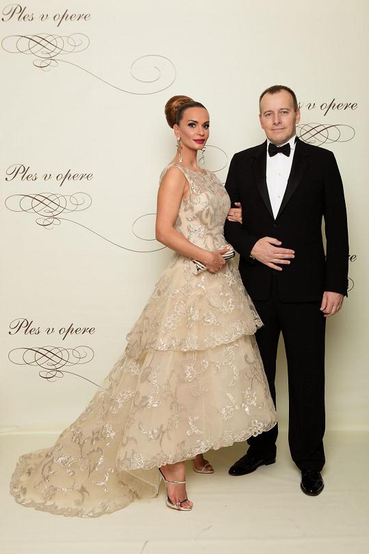 Událost si nenechal ujít movitý podnikatel Boris Kollár, kterého doprovodila modelka Andrea Heringhová. Ta oproti loňsku letos zvolila střídmější róbu s vrstvou francouzské krajky, jejíž sukně v přední části odhalovala kotníky.