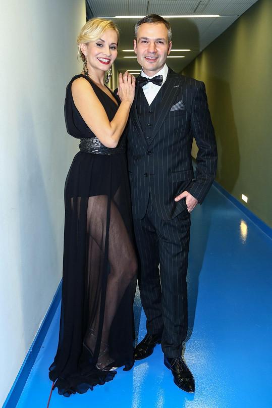 Zpěvačka v šatech značky Tatiana s organizátorem večera Janisem Sidovským.
