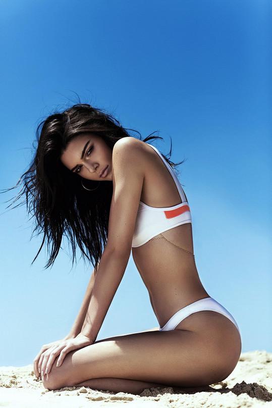Kendal Jenner představuje vlastní kolekci plavek.
