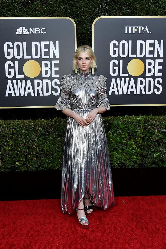 Metalickou bouři předvedla Lucy Boynton v šatech z hedváného lamé a sametu, které pro ni na míru vytvořili v domě Louis Vuitton. Odtamtud pochází pochopitelně také střevíce a korálky.