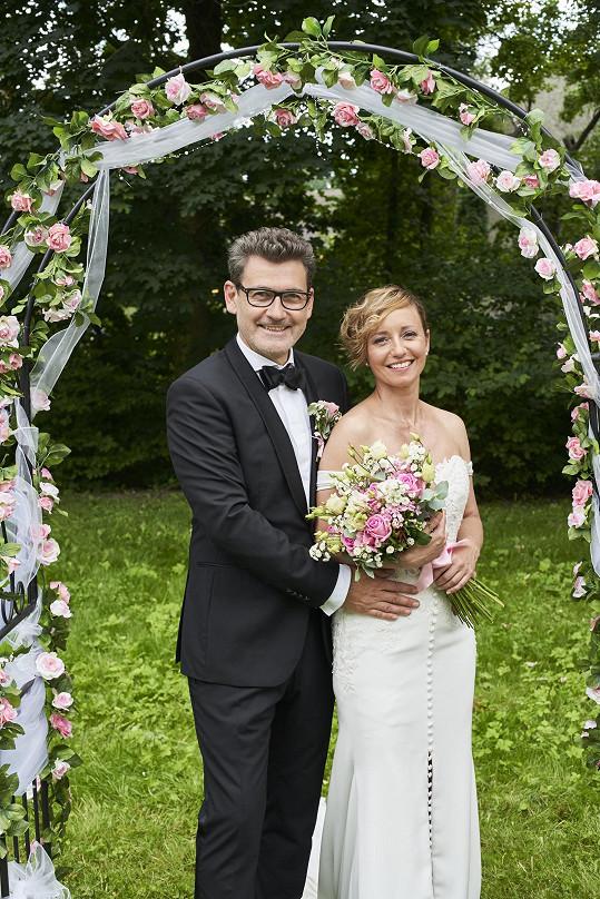 Jana Holcová a Radim Fiala jako Zita Drábová a Petr Hanák v Ordinaci, kde je čeká svatba.