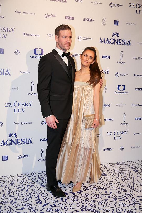 Vladimír Polívka si také přivedl krásnou brunetku.
