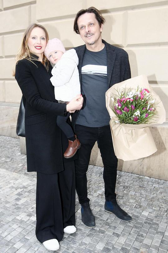 Michal Malátný s manželkou Petrou a mladší dcerou Fridou na premiéře