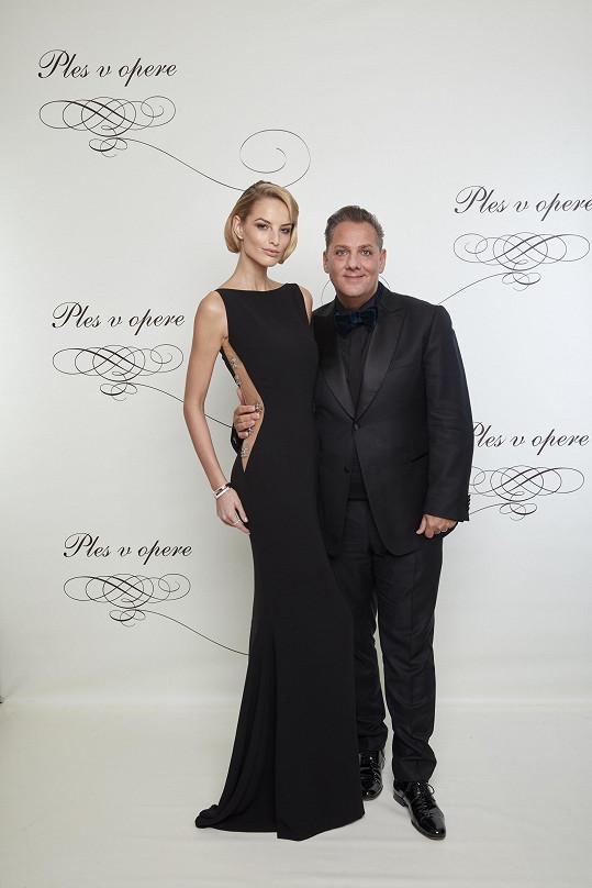 Míšu na ples doprovodil její agent Saša Jány, ředitel agentury Elite Prague a Bratislava.