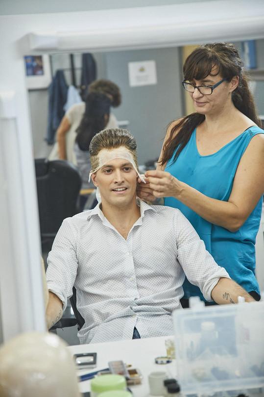Herci a zpěvákovi museli upravit především vlasy.