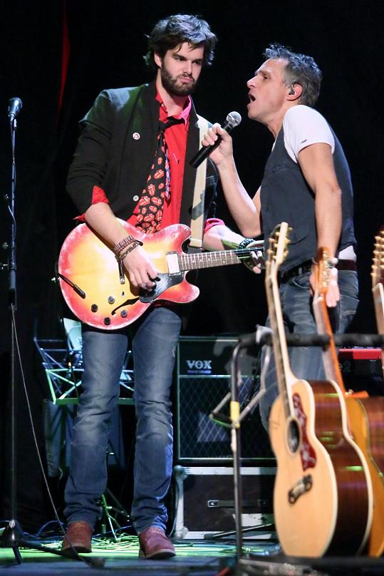Jonáš Ledecký pro Janka napsal písničku a na pražském koncertu jej doprovodil.