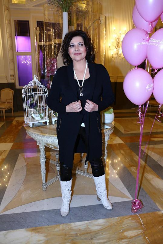 V minulých letech dorazila zpěvačka na růžový pochod neoficiálně, až do cíle letos půjde přímo v průvodu.