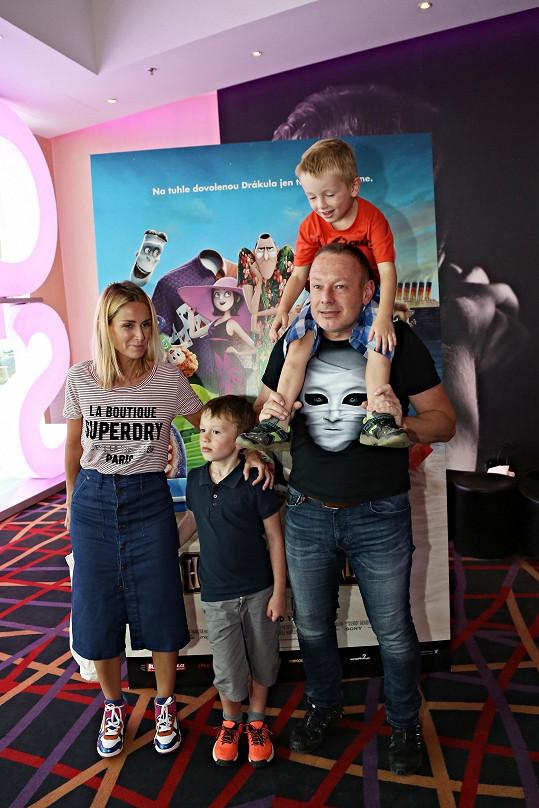 Michal a Lucie se syny Míšou a Františkem vyrazili do kina.