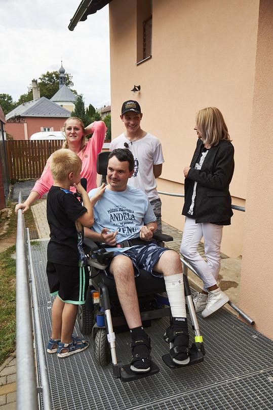 Pomáhat se bude rodině Kamila, který je po mozkové mrtvici ochrnutý.
