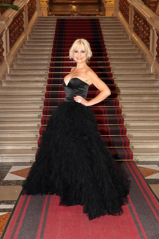 Oblékla šaty od Taťány Kovaříkové.