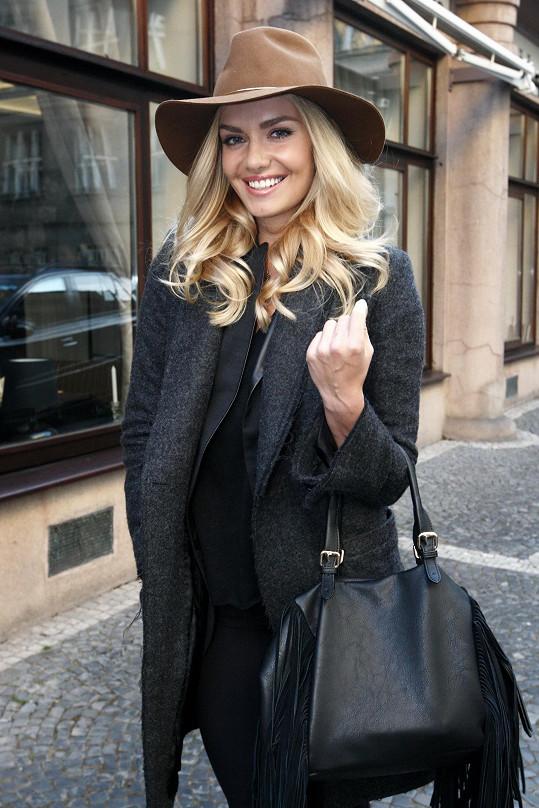 Taťána Kuchařová přišla s úsměvem na tváři.