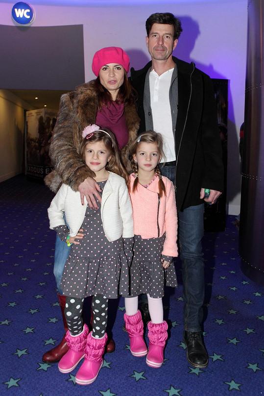 Hanka Kynychová s rodinou. Nejstaršího syna na kreslenou pohádku nebrali.
