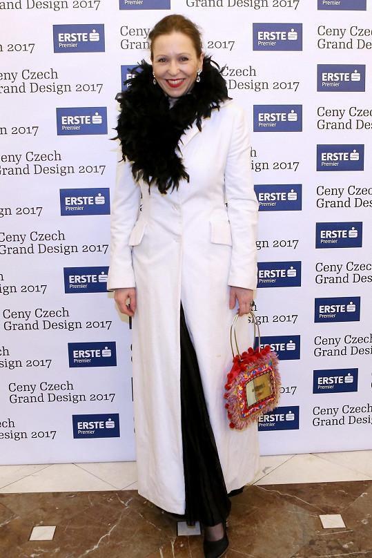 Zuzana Stivínová na sobě měla svůj svatební kabát, čímž plnila dress code na téma láska. Prvek dramatičnosti a elegance pak vytvářel límec rajčího peří.