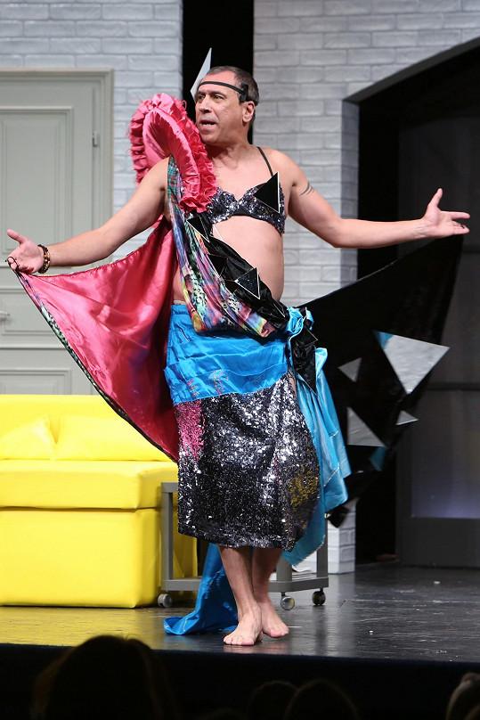 David Suchařípa hraje jejího manžela.