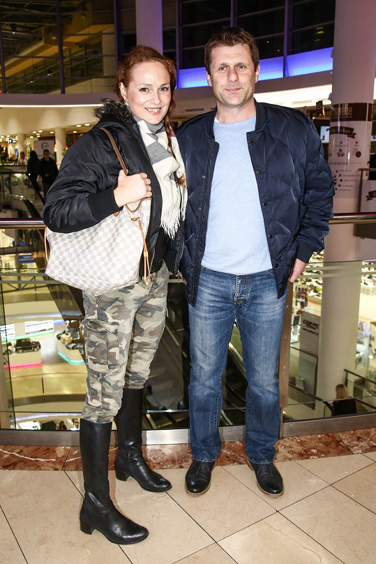Na premiéru snímku Stážista dorazila Markéta Hrubešová s vedoucím obchodu havlíčkobrodského pivovaru Petrem Syslem.
