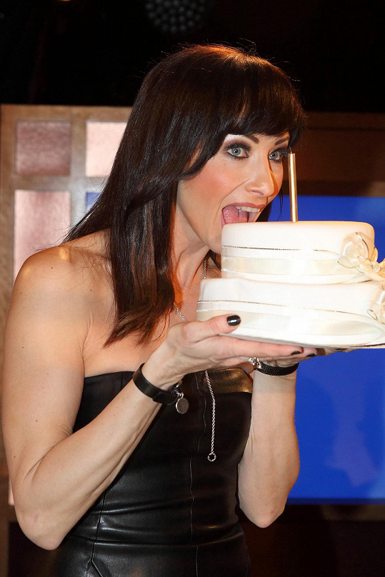 Pózovala s dortem.