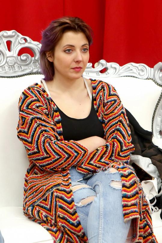 Anička v roli porotkyně na prvním castingu soutěže Muž roku.